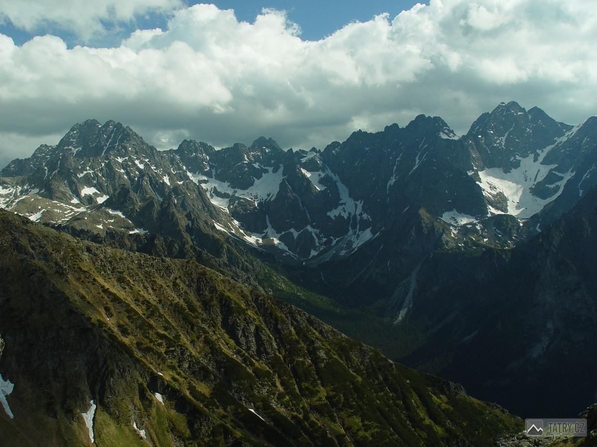 panorama mezi Gerlachovským štítem a Vysokou z masivu Zámků