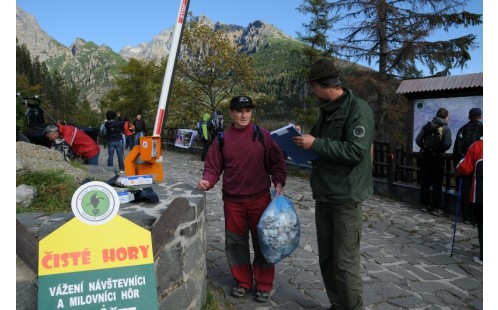 Dobrovolníci uklízejí Tatry