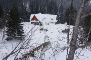 Lavina opřela čelo o Ťatliakovu chatu