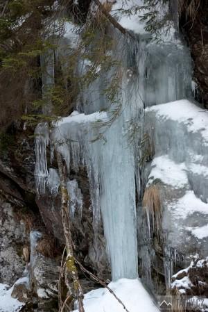 Ledopád padá až na dno doliny