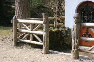 detail vyřezávaných sloupů u hornické kapličky