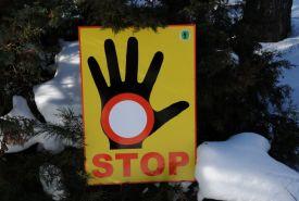 Informační tabule upozorňující lyžaře