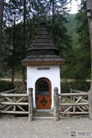 hornická kaplička na polaně Stare Kościeliska cestou k chatě Ornak