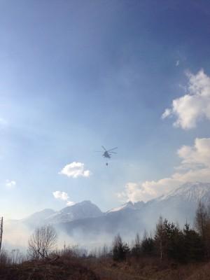 Při požáru byl nasazen i vrtulník